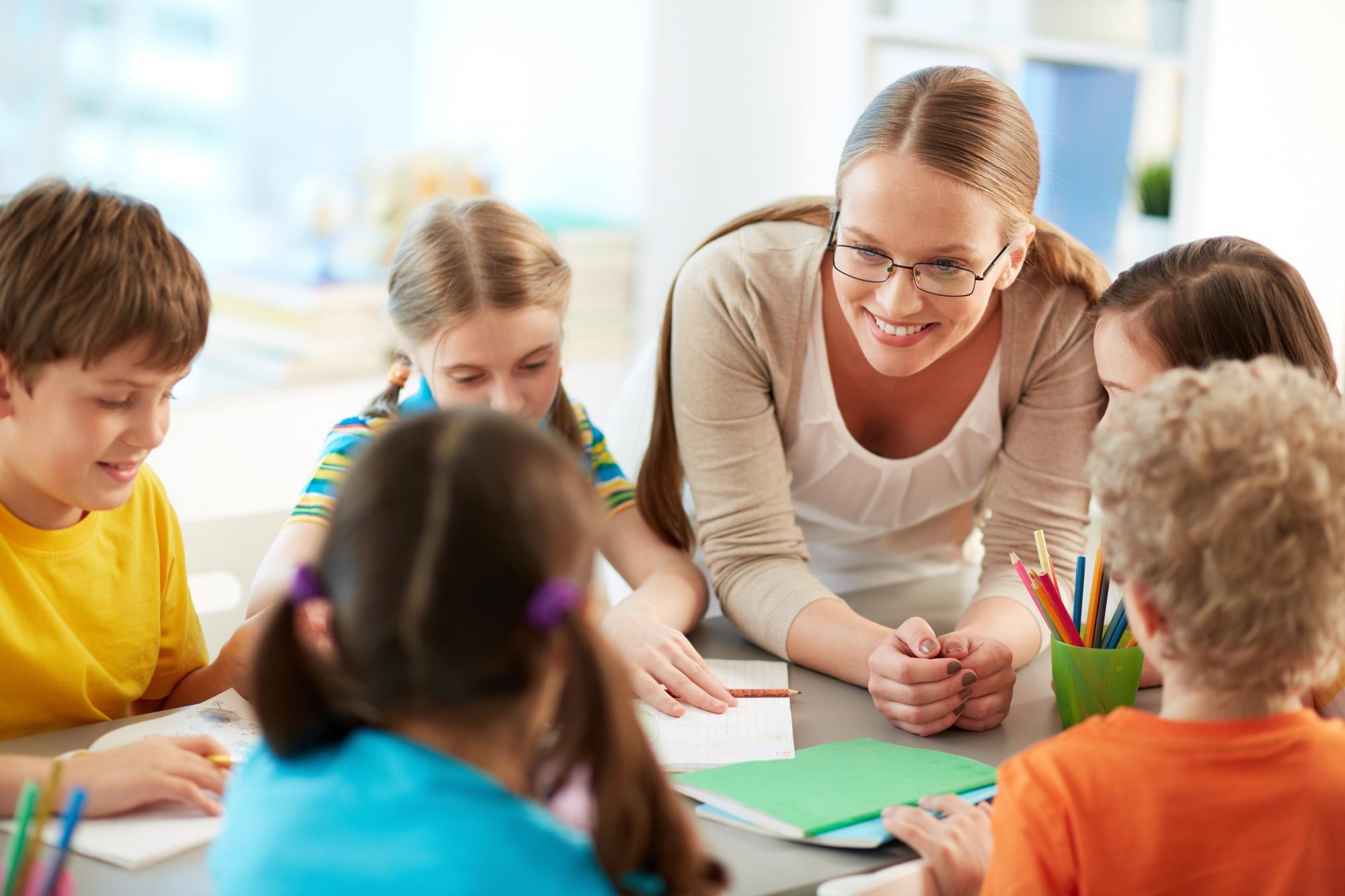 Lehrerin mit ihren Schüler:innen